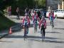 Početný peloton přijíždí do Biskupic